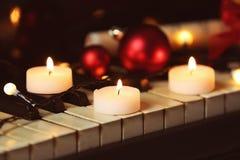 Decoraciones del Año Nuevo en el teclado de piano Navidad Fotografía de archivo