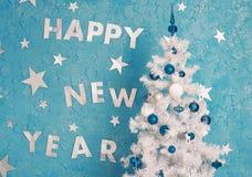 Decoraciones del Año Nuevo en la pared azul Imagen de archivo