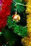 Decoraciones del Año Nuevo/la Navidad que cuelgan en un árbol Foto de archivo libre de regalías