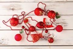 Decoraciones del Año Nuevo para el árbol de navidad en vagos de madera blancos Foto de archivo