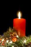 Decoraciones del Año Nuevo y una vela roja Imagen de archivo libre de regalías