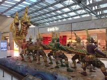 Decoraciones del aeropuerto internacional de Bangkok Suvarnabhumi imagen de archivo libre de regalías