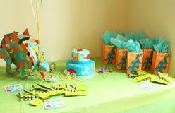 Decoraciones del cumpleaños con los dinosaurios Imagen de archivo libre de regalías