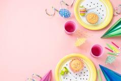 Decoraciones del cumpleaños de la muchacha en la tabla rosada Fotografía de archivo