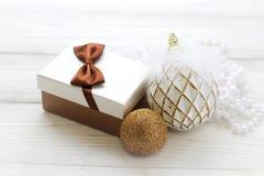 Decoraciones del día de fiesta, caja de regalo y bolas y gotas de la Navidad Fotografía de archivo