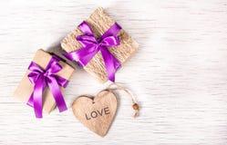 Decoraciones del día de fiesta con las cajas de regalo y el corazón de madera St Día del ` s de la tarjeta del día de San Valentí Fotografía de archivo libre de regalías