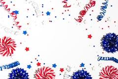 Decoraciones del día de fiesta de los E.E.U.U. en un fondo blanco Fotos de archivo