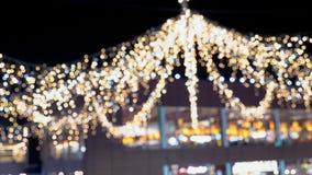 Decoraciones del día de fiesta en cuadrado de ciudad almacen de metraje de vídeo