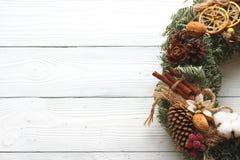 Decoraciones del día de fiesta, guirnalda de la Navidad en el fondo de madera blanco Fotografía de archivo