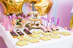 Decoraciones del feliz cumpleaños fotografía de archivo