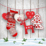 Decoraciones del folclore de la Navidad que cuelgan delante de la pared de madera blanca, ejemplo stock de ilustración