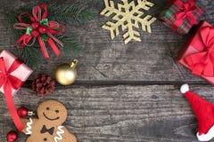 Decoraciones del fondo de la Navidad con las cajas de regalo del abrigo y snowma Foto de archivo libre de regalías