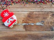 Decoraciones del fondo de la Navidad con las cajas del muñeco de nieve y de regalo en el viejo tablero de madera por endecha plan imágenes de archivo libres de regalías