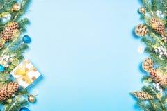 Decoraciones del fondo de la Navidad en azul fotos de archivo libres de regalías