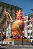 Decoraciones del gallo en la calle singapurense Foto de archivo