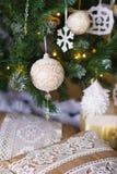 Decoraciones del invierno con los ornamentos de la Navidad Imagenes de archivo