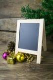 Decoraciones del marco y de la Navidad en viejo fondo de madera foto de archivo