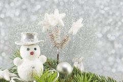 Decoraciones del muñeco de nieve y de la Navidad con el árbol de abeto Imagen de archivo libre de regalías