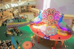 Decoraciones del pavo real de Diwali dentro de Suria KLCC en Kuala Lumpur, Malasia Imagen de archivo libre de regalías