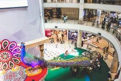 Decoraciones del pavo real de Diwali dentro de Suria KLCC en Kuala Lumpur, Malasia Imágenes de archivo libres de regalías