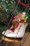 Decoraciones del árbol de navidad en un piel-árbol de la Navidad Foto de archivo