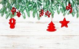 Decoraciones del rojo de la frontera del árbol de navidad Estilo de la vendimia Fotos de archivo libres de regalías