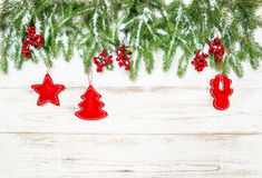 Decoraciones del rojo de la frontera del árbol de navidad Fondo de los días de fiesta Foto de archivo libre de regalías