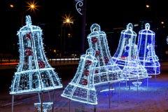 Decoraciones del ` s del Año Nuevo bajo la forma de campanas foto de archivo