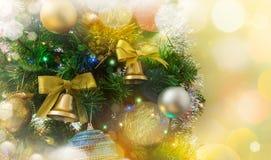 Decoraciones del ` s del Año Nuevo en el árbol de navidad en fondo con las luces borrosas Imágenes de archivo libres de regalías