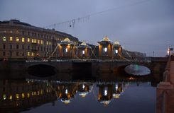 Decoraciones del ` s del Año Nuevo en el puente de Lomonosov a través del Fontanka Fotos de archivo