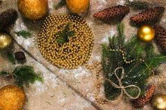 Decoraciones del ` s del Año Nuevo en ramas de la arpillera y de árbol Imagenes de archivo