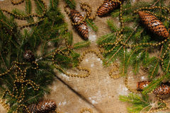 Decoraciones del ` s del Año Nuevo en ramas de la arpillera y de árbol Fotos de archivo libres de regalías