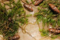 Decoraciones del ` s del Año Nuevo en ramas de la arpillera y de árbol Imágenes de archivo libres de regalías