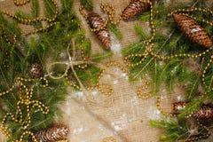 Decoraciones del ` s del Año Nuevo en ramas de la arpillera y de árbol Fotos de archivo