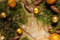 Decoraciones del ` s del Año Nuevo en ramas de la arpillera y de árbol Imagen de archivo libre de regalías