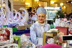 Decoraciones del vendedor y de la Navidad Fotos de archivo