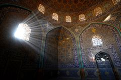 Decoraciones dentro de Sheikh Lotfollah Mosque en Isfahán, Irán imagen de archivo