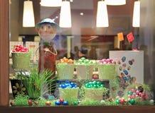 Decoraciones, dulces en una ventana de la tienda Imágenes de archivo libres de regalías