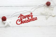 Decoraciones e inscripción del día de fiesta: Feliz Navidad Imagen de archivo