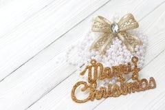 Decoraciones e inscripción del día de fiesta: Feliz Navidad en blanco Imagenes de archivo