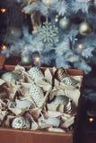 Decoraciones elegantes brillantes blancas y de plata de la Navidad en la caja, celebrando el Año Nuevo 2017 en casa Imagen de archivo libre de regalías