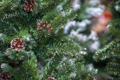 Decoraciones en el árbol de navidad en la noche con el bokeh en el fondo, foco suave foto de archivo libre de regalías
