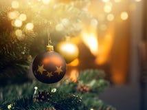 decoraciones en el árbol de navidad y el fuego que queman en chimenea en t Foto de archivo