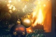 decoraciones en el árbol de navidad y el fuego que queman en chimenea en t Imagenes de archivo
