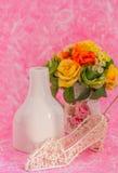Decoraciones en fondo rosado Imagenes de archivo