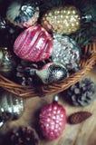 Decoraciones en una cesta de mimbre Fotos de archivo libres de regalías