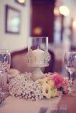 Decoraciones en una tabla de la boda Fotografía de archivo libre de regalías