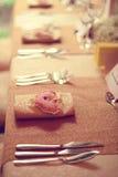 Decoraciones en una tabla de la boda Fotos de archivo libres de regalías