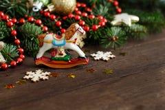 Decoraciones festivas con la decoración del caballo mecedora y de la Navidad Imágenes de archivo libres de regalías