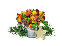 Decoraciones festivas Estrella de madera, árbol y bayas congeladas isola foto de archivo libre de regalías